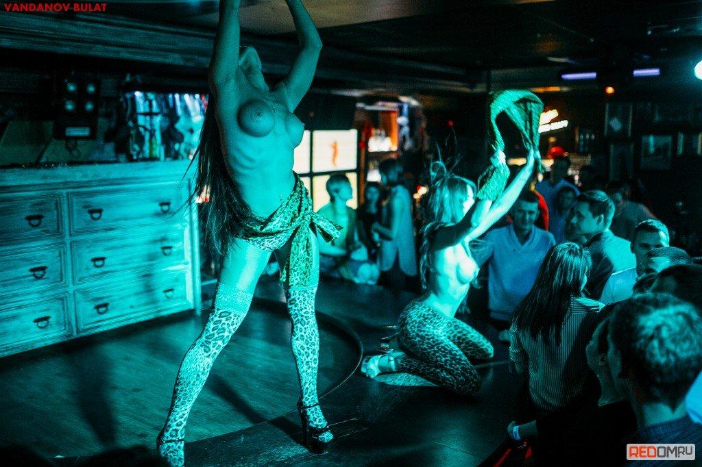 pod-pravila-striptiz-bara-provodnitsu